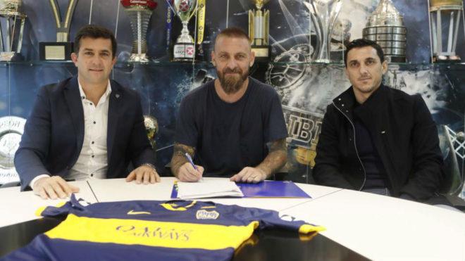 De Rossi firmando con Boca.