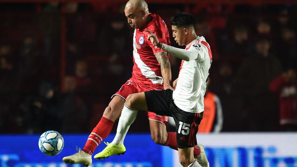 Palacios y Silva disputan la pelota.