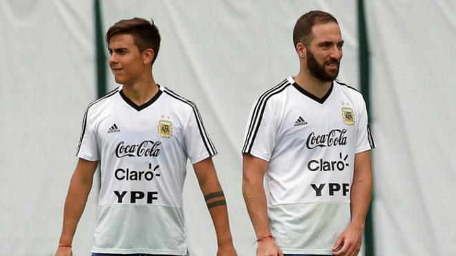 Paulo Dybala y Gonzalo Higuaín, en una imagen de archivo, con la...