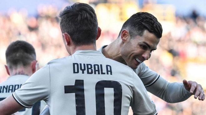 Paulo Dybala y Cristiano Ronaldo celebran un gol de la Juventus la...