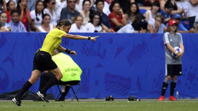 La colegiada francesa, Stephanie Frappart, durante un partido del...