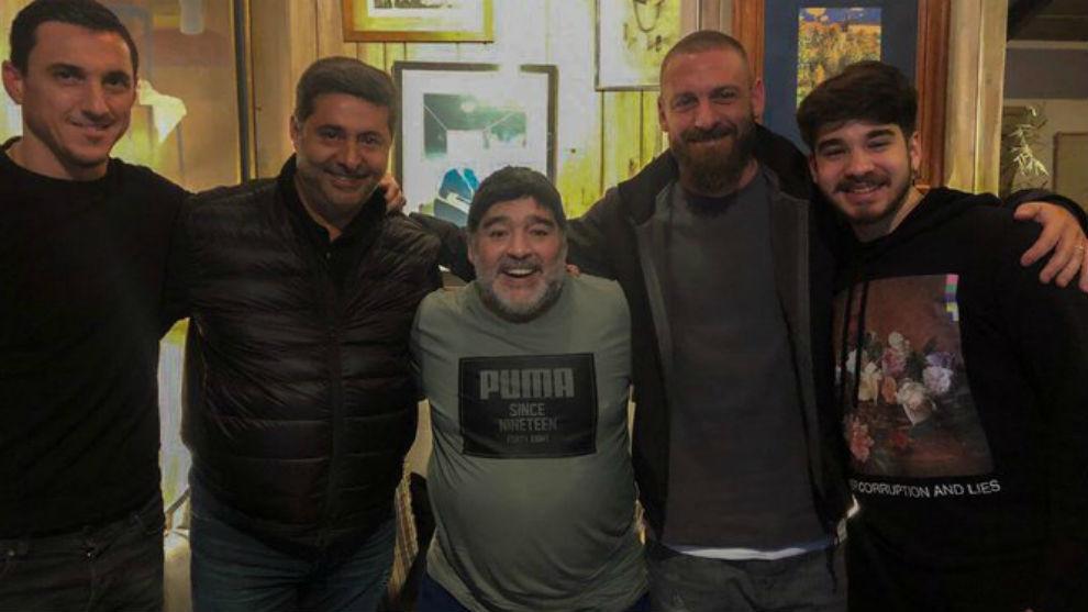 Maradona y De Rossi junto Angelici y Burdisso.