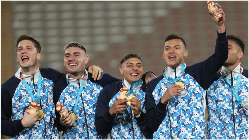 La selección Argentina en el podio tras golear a Honduras en la final...