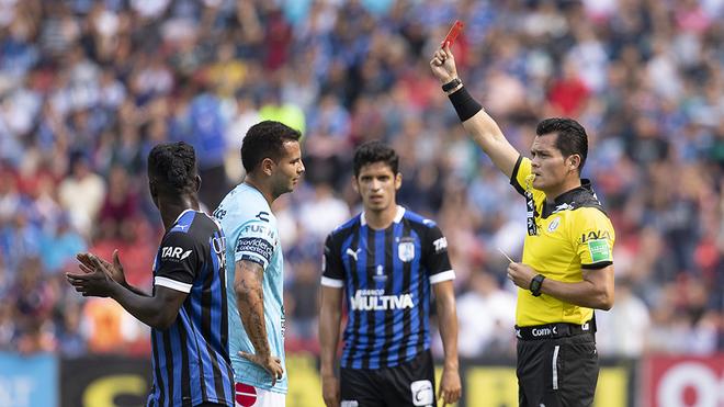 El árbitro muestra la tarjeta roja a Edwin Cardona.