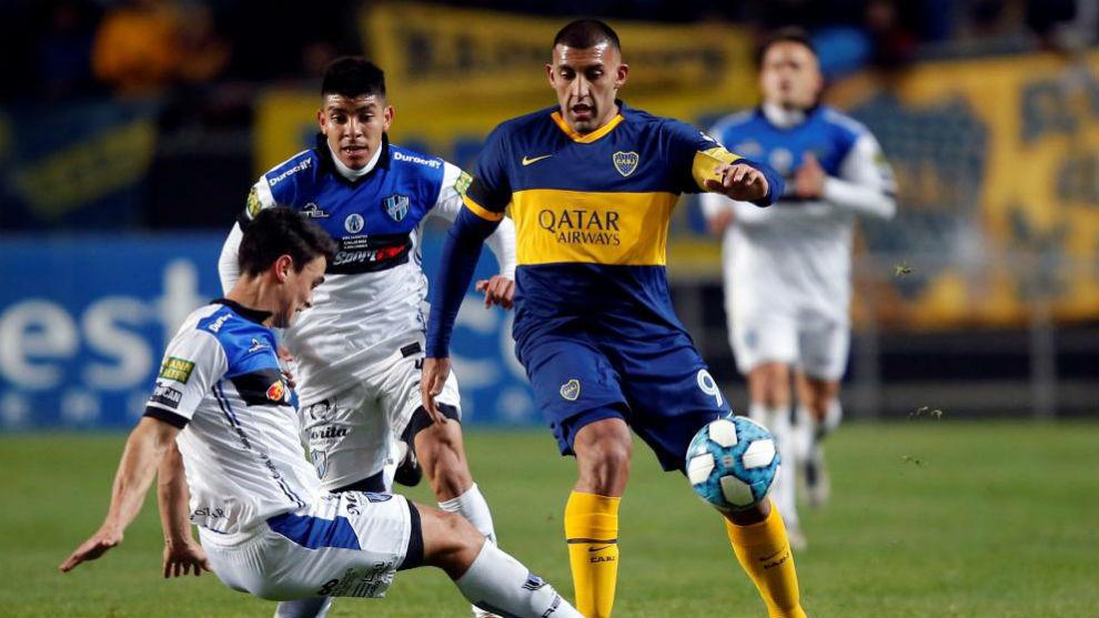 Wanchope disputa un balón en el partido contra Almagro.