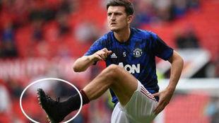 Harry Maguire, con las botas negras, calienta con el Manchester...