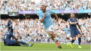 Sergio Agüero celebra su gol, el segundo del Manchester City.