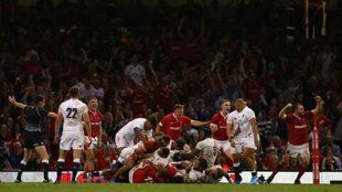Los jugadores galeses celebran su histórica victoria