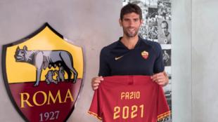 Fazio posando con la camiseta de la Roma