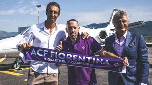 Ribéry posa con la bufanda de la Fiore a su llegada a la ciudad...