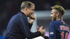 Tuchel habla con Neymar durante un partido.