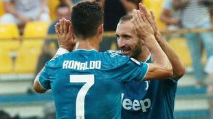 Giorgio Chellini y Cristiano Ronaldo celebran el gol de la victoria de...