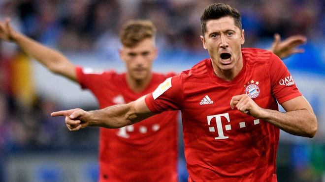 Robert Lewandowski celebra uno de sus goles frente al Schalke.