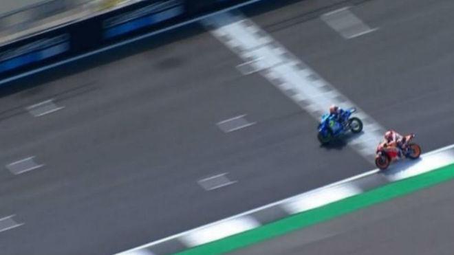 Rins gana a Márquez en la última curva