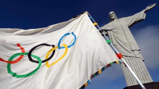 a bandera de los Juegos Olímpicos al lado del Cristo Redentor