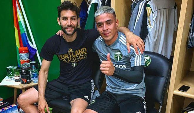 Brian Fernández se abraza con Diego Valeri, en el vestuario de los...