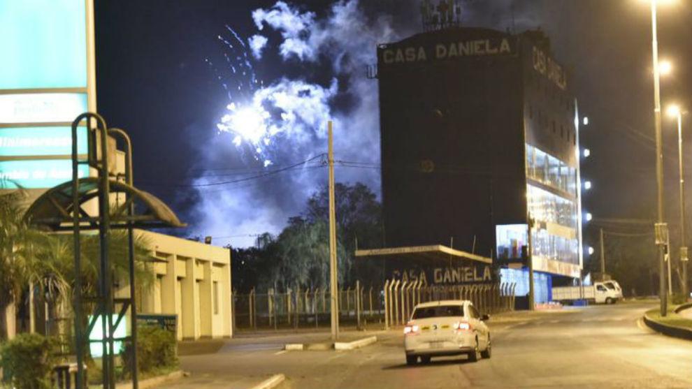 Hinchas de Cerro Porteño lanzaron petardos cerca del hotel de River.
