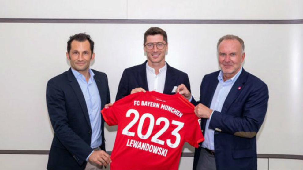 Lewandowski posa tras confirmarse su renovación.