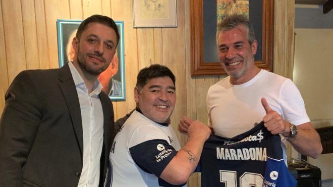 Maradona junto a Morla y Pellegrini, presidente de Gimnasia