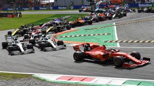 Leclerc marcha por delante en una de las curvas en Monza.