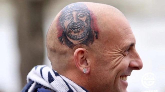 ¡Un hincha se tatúa la cara de Diego Maradona en la cabeza!
