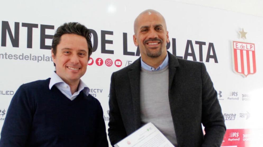 Juan Sebastián Verón y el Director General de Cultura y Educación,...