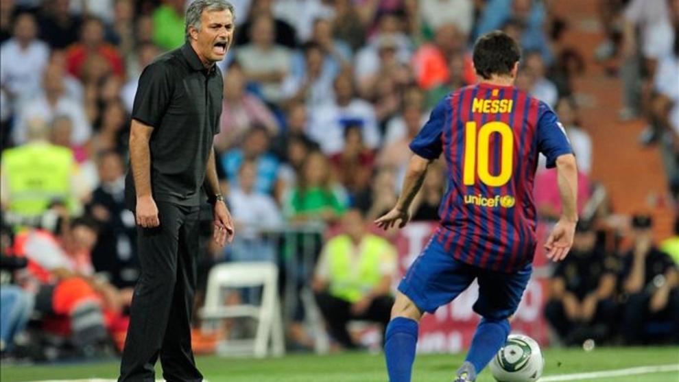 Mourinho y Messsi, durante un Real Madrid-Barcelona