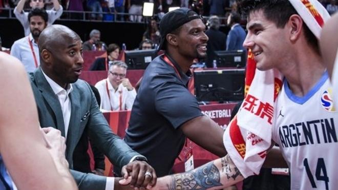 Kobe Bryant, histórico de la NBA, saluda a Gabriel Deck.