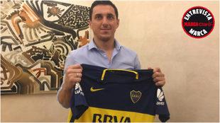 Burdisso sostiene la camiseta de Boca posa durante la entrevista en el...