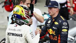 """Hamilton: """"Verstappen puede arriesgar, porque no se juega un..."""