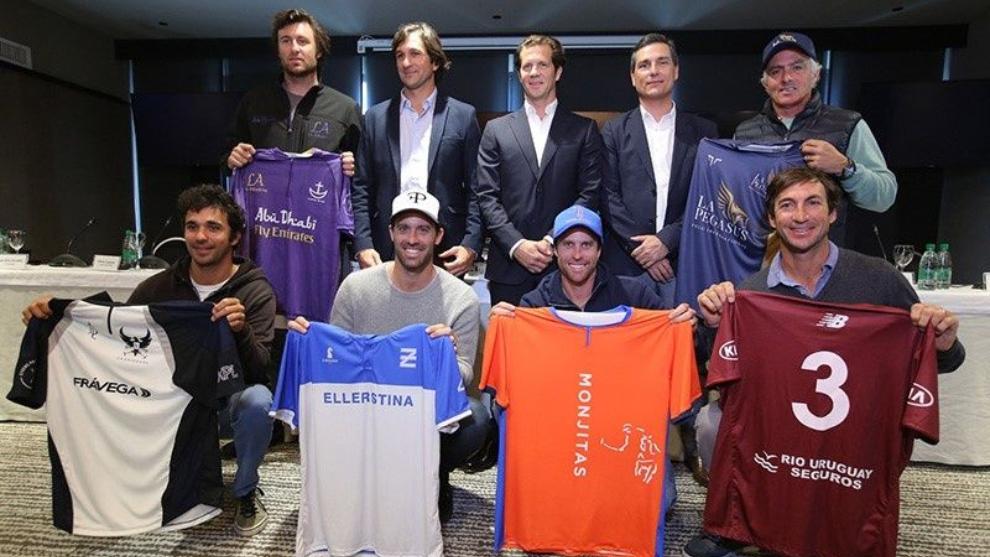 Los capitanes de los equipos junto a Novillo Astrada, Zavalía y De...