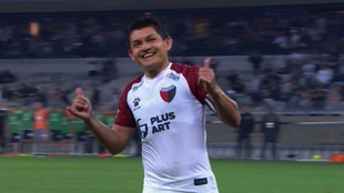 El Pulga Rodríguez festeja su gol en Brasil