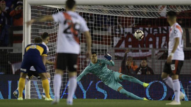 Borré anota el gol de River ante Boca tirando el penal al medio del...