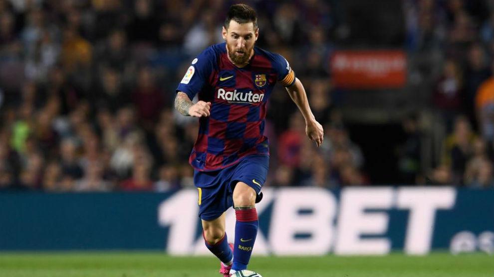 Messi conduce un balón en un partido con el Barcelona.
