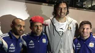 Scola, junto a Mascherano, Agüero y Messi, durante una visita a la...