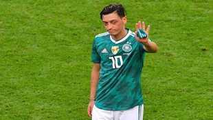 Özil saluda en un partido con la selección de Alemania.