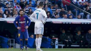 Messi y Cristiano en un partido con el Barcelona y el Real Madrid.