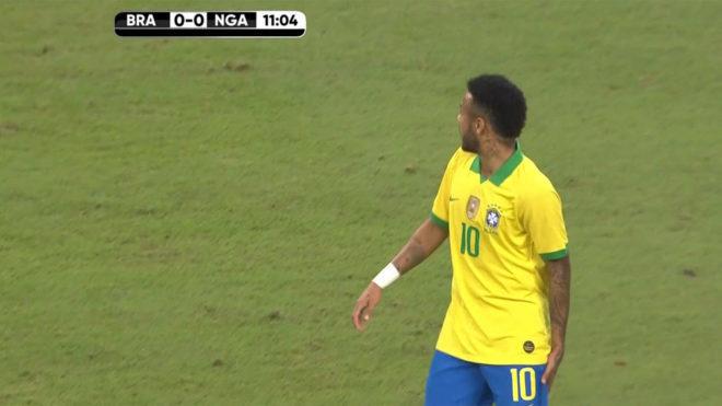 Neymar se toca el muslo antes de abandonar la cancha ante Nigeria.