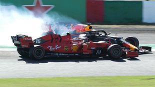 El momento del impacto entre Verstappen y Leclerc.