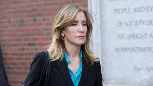 Felicity Huffman ingresa en prisión por participar en una red de...