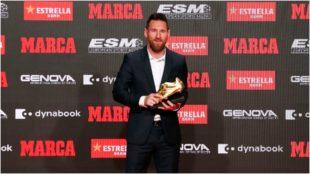 Messi agarra la Bota de Oro 2018/2019 tras ser premiado.