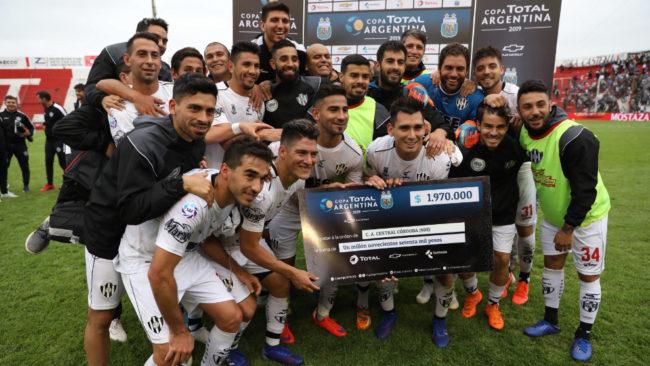 Central Córdoba festeja con el clásico cheque de la Copa Argentina