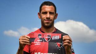 Maxi Rodríguez posa junto a la cinta de capitán en honor a Diego...