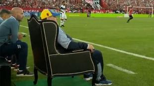 Diego Maradona sigue el juego desde su nuevo 'trono'.