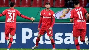 Lucas Alario (27) celebra su gol al Paderborn.