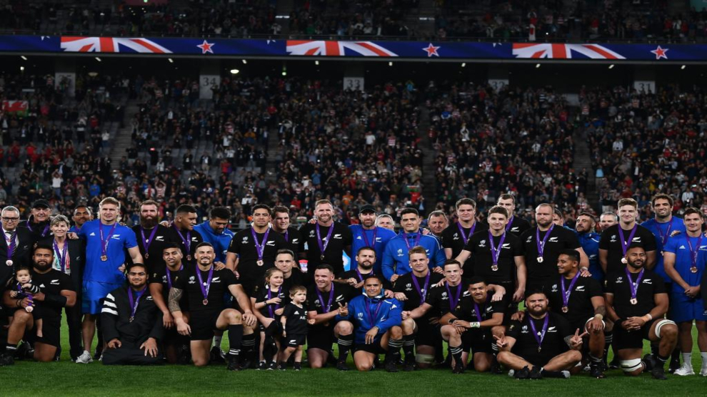 Los All Blacks posan con la medalla de bronce del Mundial 2019