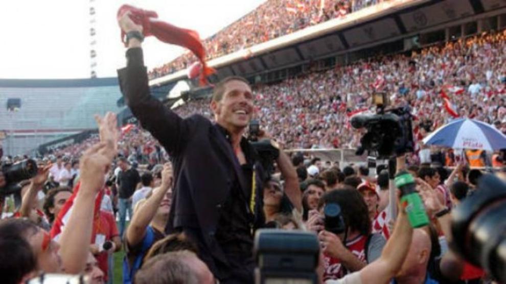 Simeone festeja el título del Apertura 2006