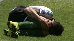Jonás Gutiérrez, sufrió una grave lesión de rodilla en el partido...