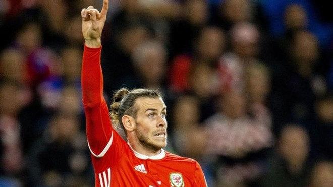 Gareth Bale defendiendo la camiseta del equipo nacional de Gales.