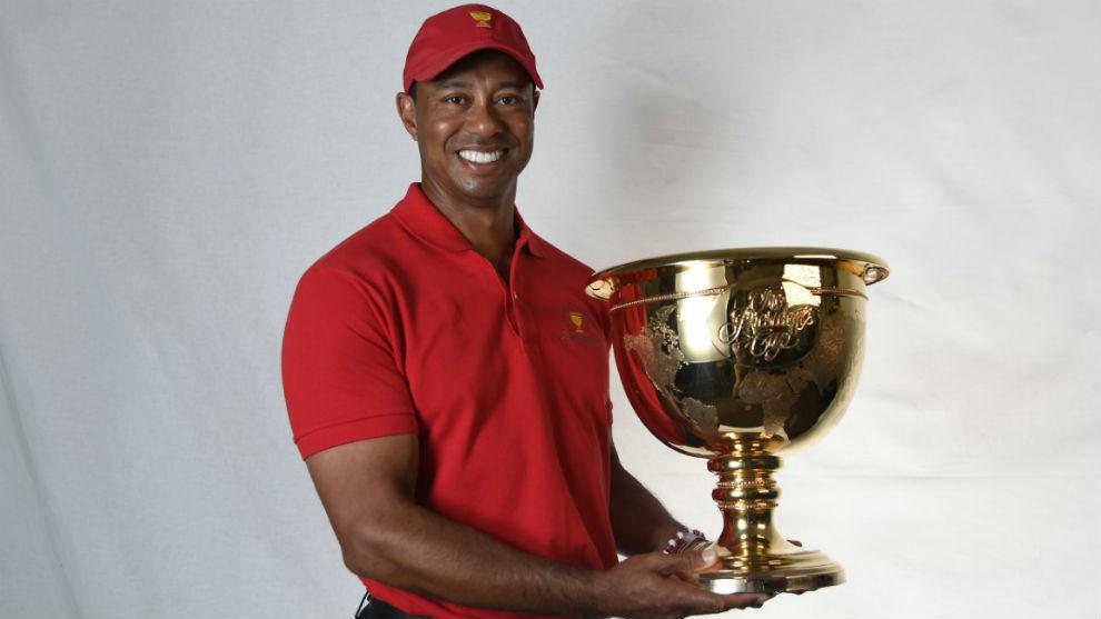 Tiger con la copa de ganador de la Presidents en la mano